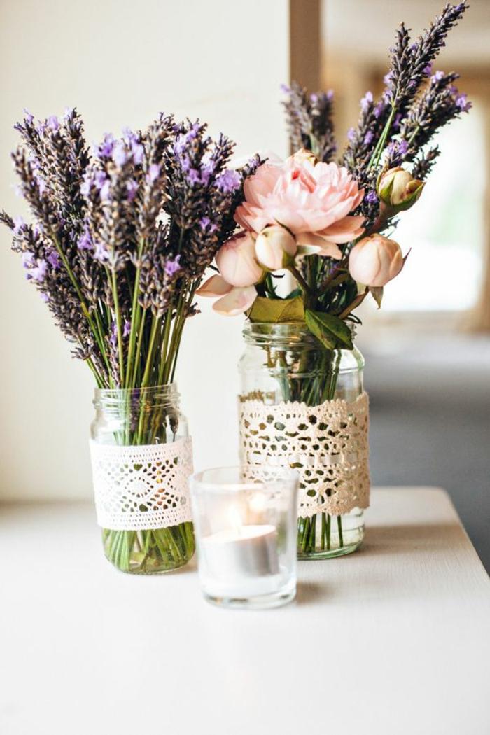 bocaux en verre décorés de dentelle pour une décoration table jolie et rétro, fleurs des champs et roses