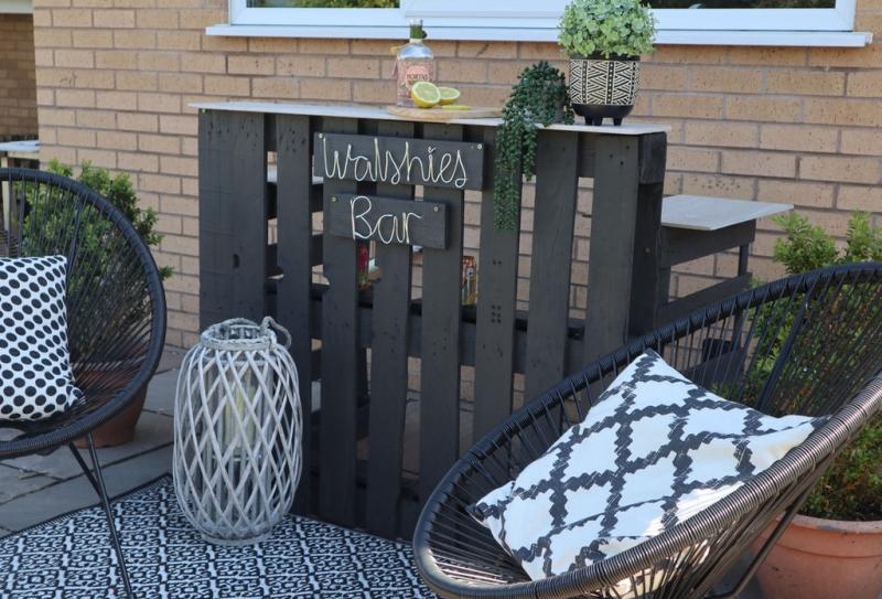 déco extérieure en blanc et noir chaise lanterne bois blanc meuble palette diy