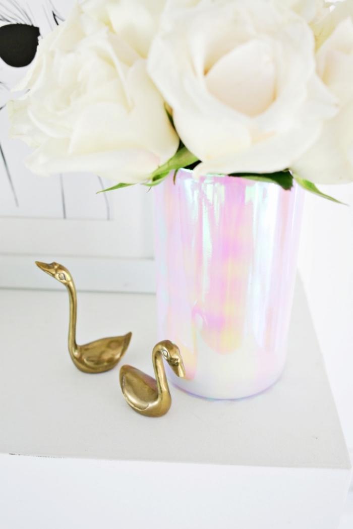 decoration table anniversaire créative, roses blanches, cygnes dorées décoratives, vase décoré de papier holographique