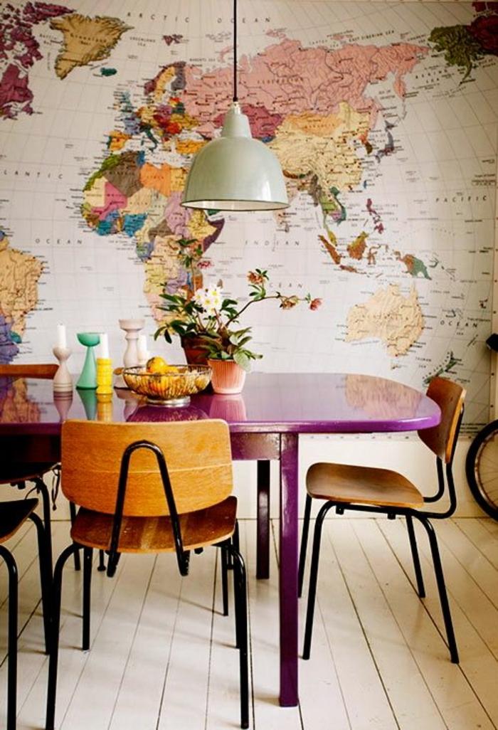 deco salle a manger, table à manger lilas, chaises bois et métal, papier peint carte géographique, sol en planches de bois