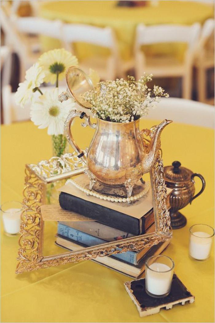 decoration de table vintage, livres anciens, théière dorée, nappes de table jaunes, chaises blanches