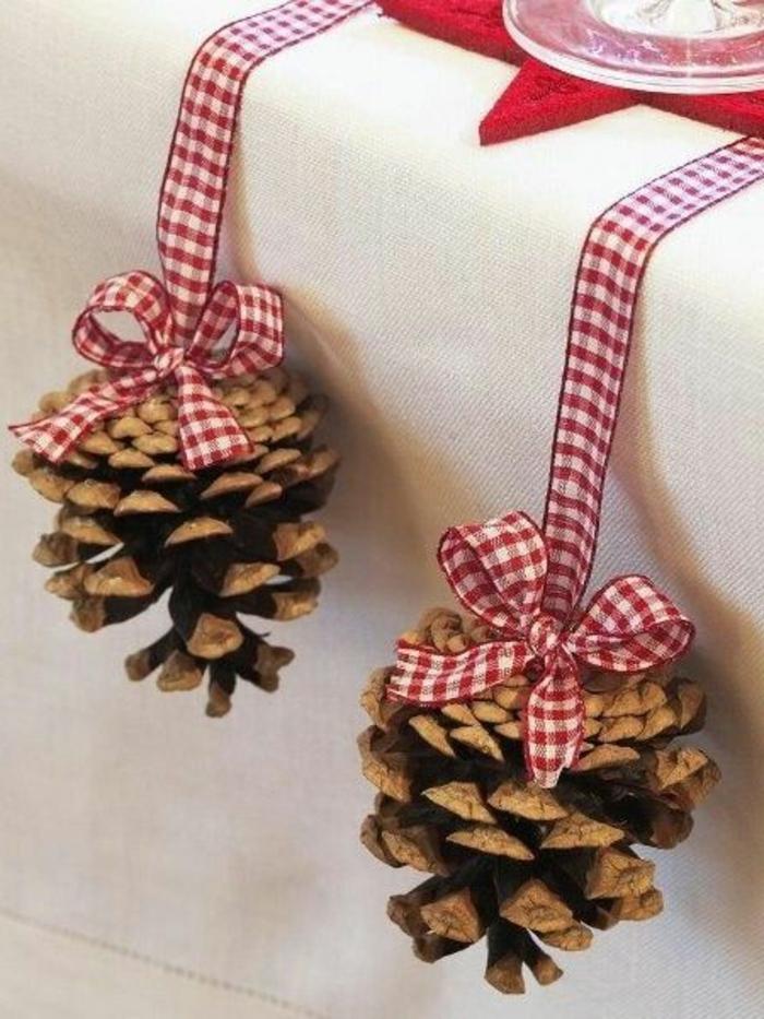 décorer la table de fête de Noel, rubans à carreaux, nappe blanche, sous assiette étoile rouge, idee deco table