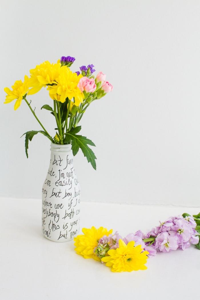 vase décoré à la main, bouquet de fleurs en couleurs jaune, lilas et mauve, déco de vase avec marqueurs