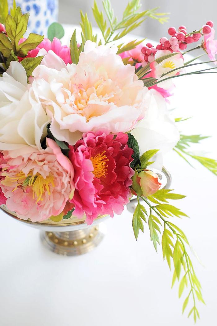 bol vintage rempli de fleurs roses et blanches et brins verts, décoration de table diy