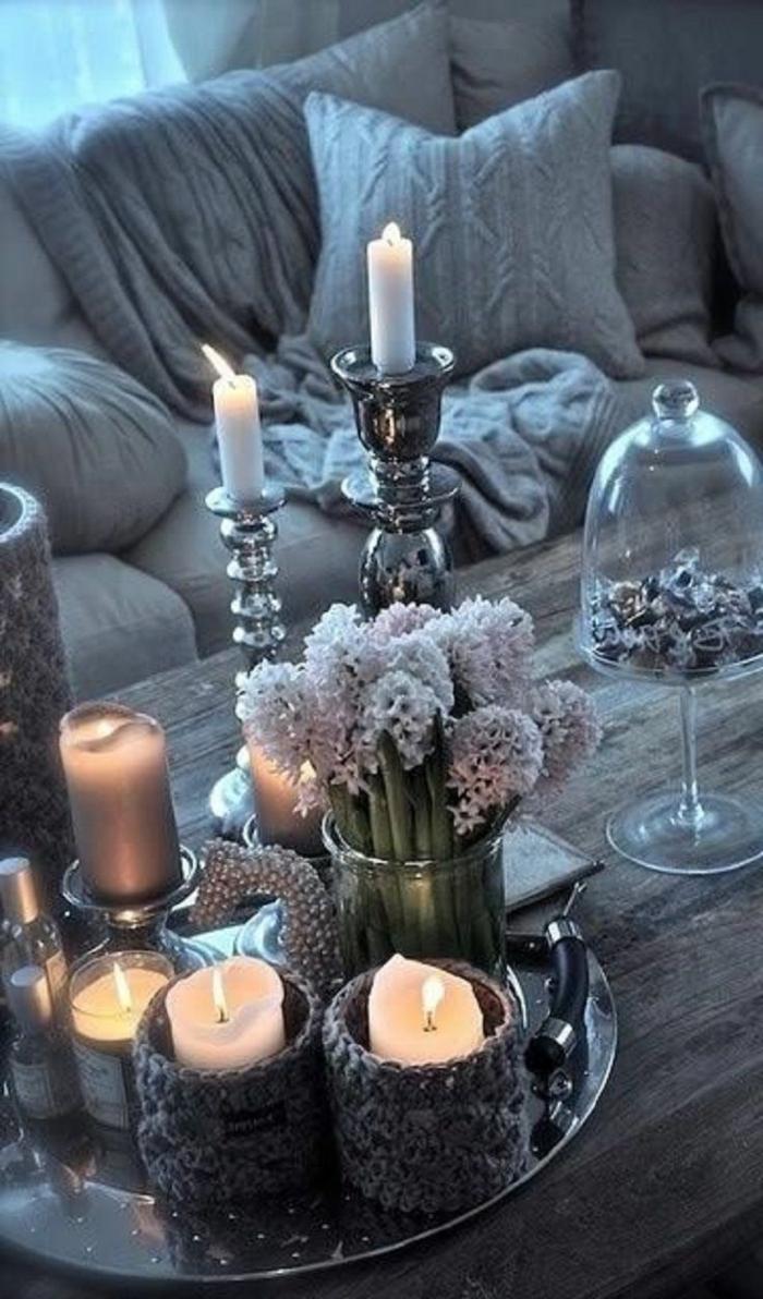 decoration de table style nordique, bougeoirs argentés, grand bouquet de jacinthes, bonbonnière en verre et bougies blanches
