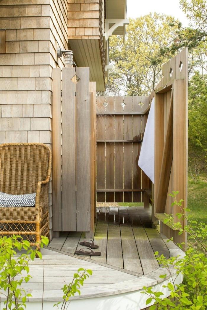 exemple comment construire une petite salle de bain sur la véranda avec murs en bois et pommeau de douche en inox