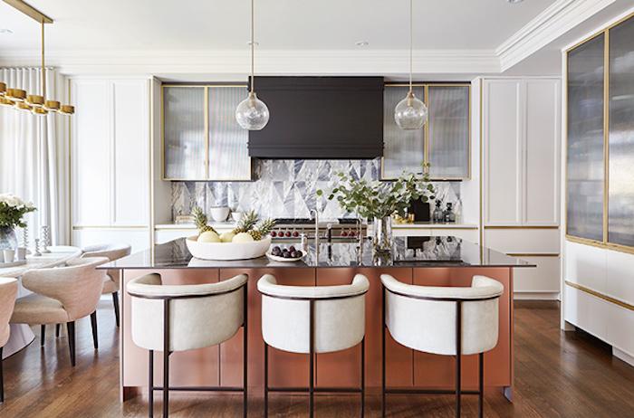 Chic appartement au style année 50, cuisine retro, maison ou appartement deco vintage, ilot de cuisine et chaises rétro trop cool avec trois pieds