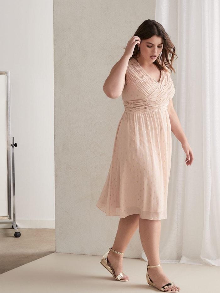 robe de ceremonie grande taille couleur champagne modele fluide femme au carré plongeant long