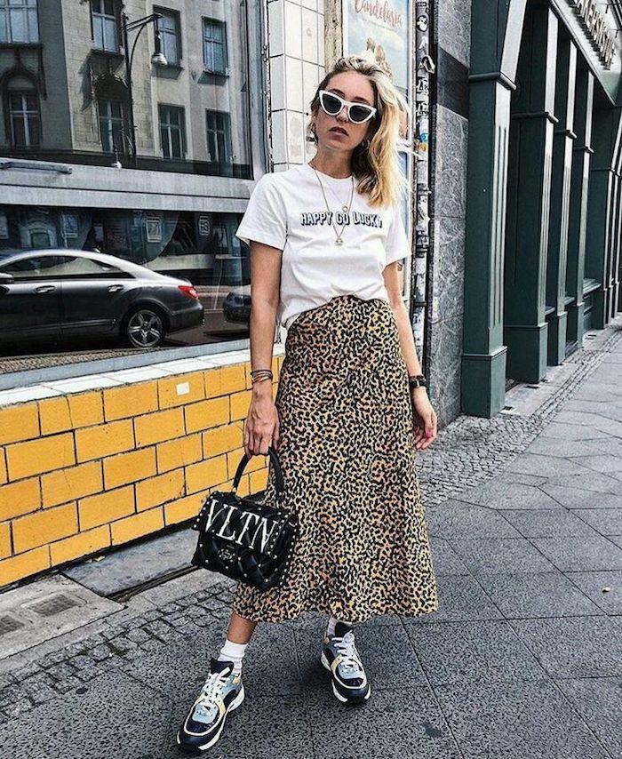 Femme t-shirt et jupe mi-longue accessoirisés style swag femme, image stylée, tenue chic femme, robe d'été femme