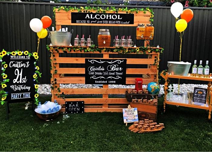 décoration anniversaire à faire soi-même, deco bar à boissons avec guirlandes végétales artificielles
