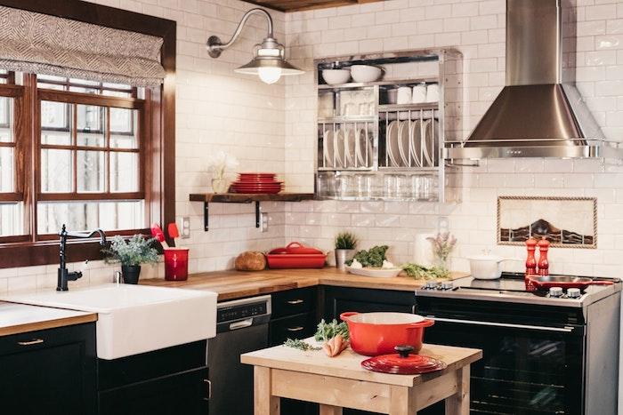 Cuisine dans une maison rustique, détails industriels avec ambiance rétro rouge, noir et blanc, bjet deco cuisine, cuisine bois et noir, charm à l'ancien