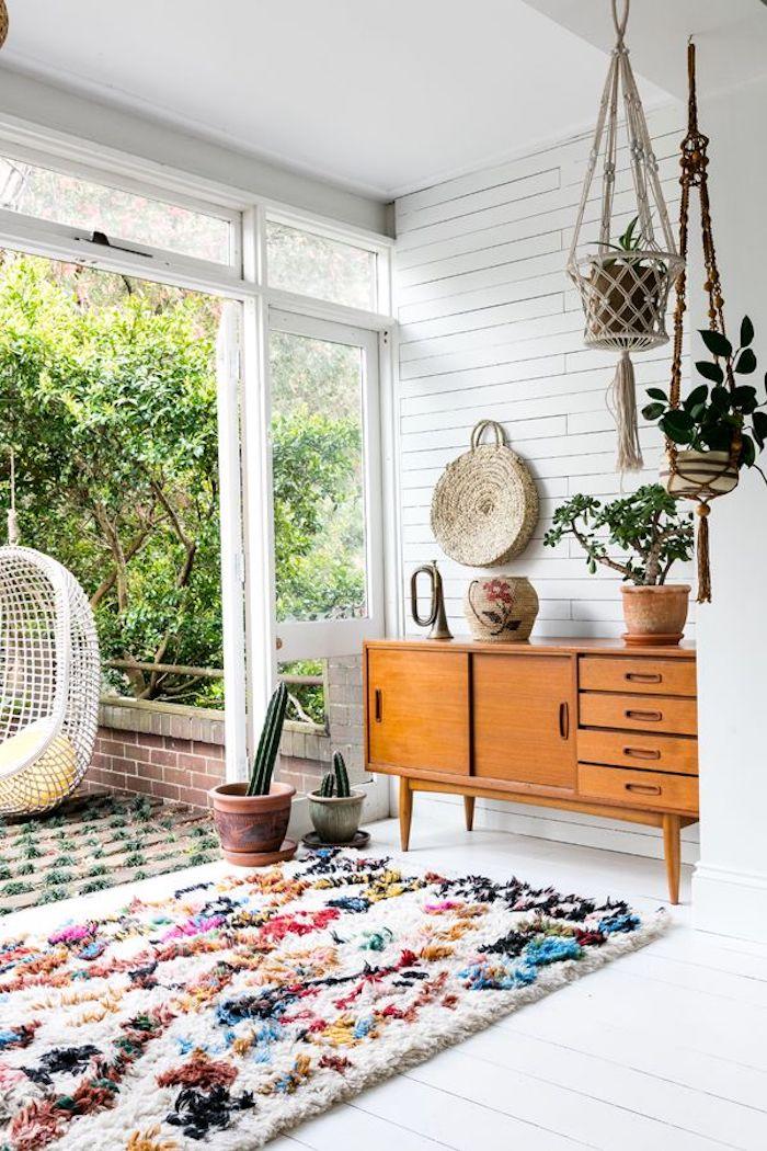 Meuble rangement de vieux bureau, tapis shaggy coloré, plantes vertes peintes du sol, deco boheme, tapis style berbere, deco marocaine, porte fenetre ouvert sur la véranda