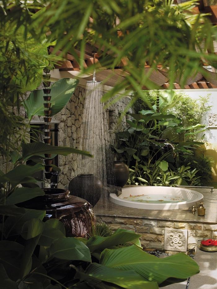 oasis vert dans un jardin de style zen avec petit bassin et terrasse en pierre, modèle de douche pluie en inox