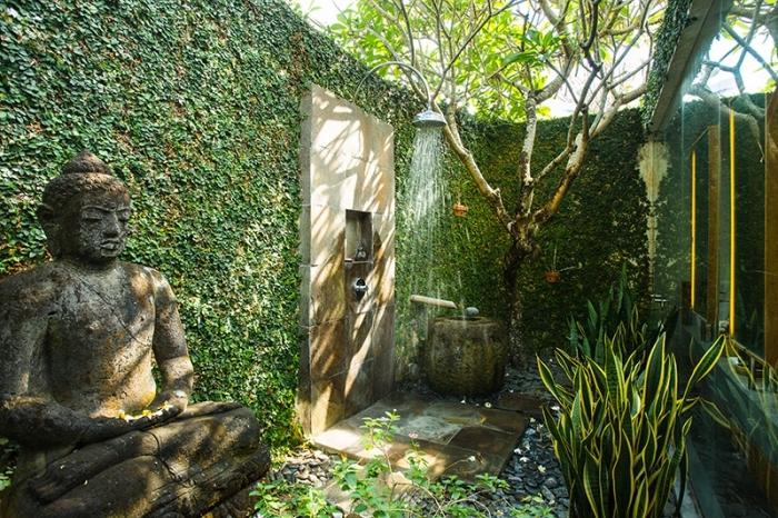 comment aménager un jardin de style zen, design jardin avec douche et grande statuette boudhha, plantes vertes d'extérieur