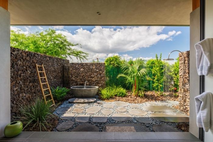 comment décorer une cour arrière de style zen avec allées en dalles et galets, idée jardin avec baignoire et douche