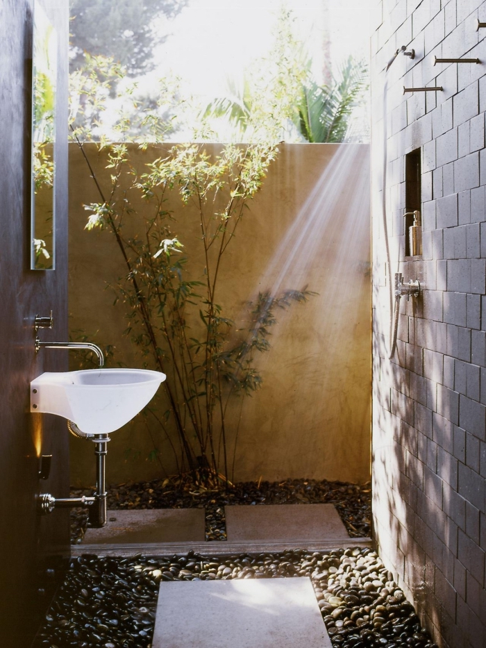 comment aménager une salle de bain exterieur, modèle evier de jardin en céramique, revêtement de sol en dalles et galets