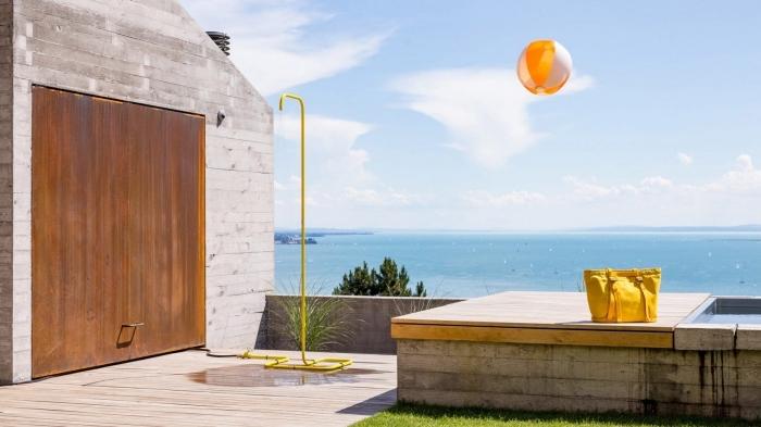 design extérieur d'une terrasse en bois avec bassin et douche mobile, idée installation de douche piscine extérieur