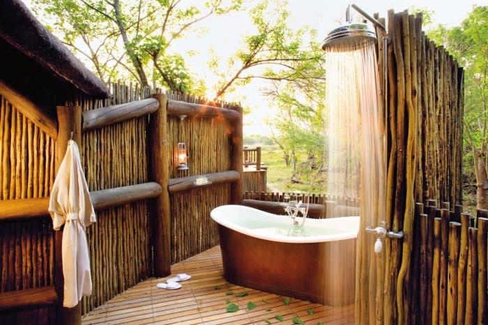 design extérieur de style exotique avec douche pluie métal et baignoire autoportante, salle de bain pinterest