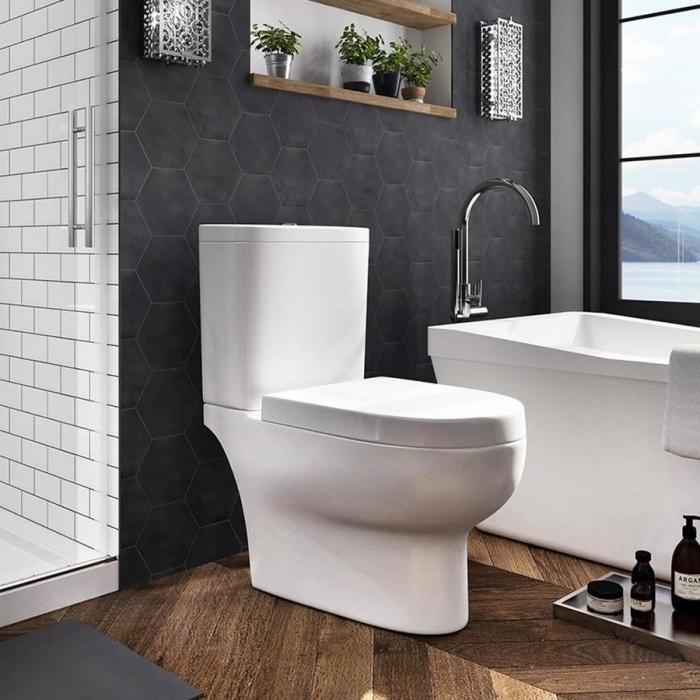 aménagement salle de bain 6m2, idée carrelage salle de bain en gris foncé, agencement salle de bain avec baignoire