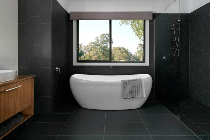 comment aménager une petite salle de bain avec baignoire et douche, idée déco salle de bain noire et blanc