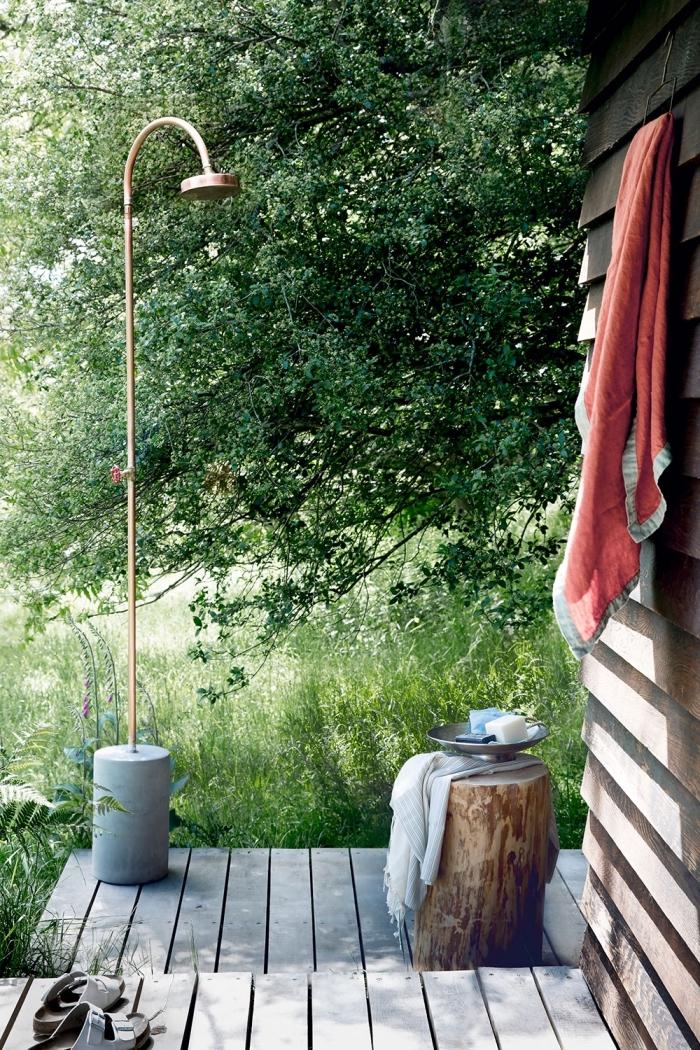 comment aménager une véranda en bois, exemple de douche en béton et métal mobile pour jardin ou terrasse