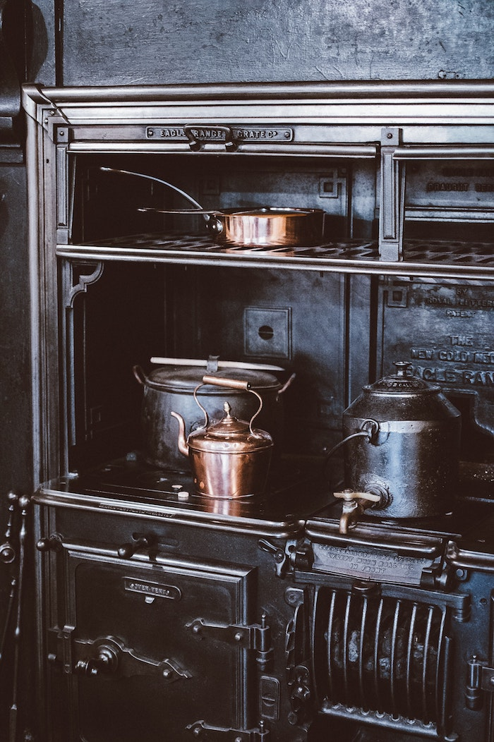 déco année 50, theières vintages métaux, idée déco inspiration cuisine retro, cool déco noir style industriel