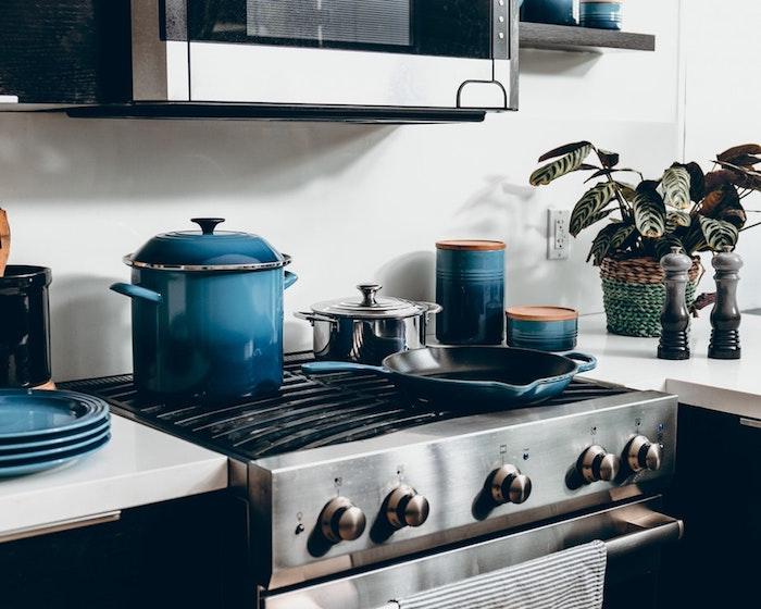 Pots et vaisselle bleu ombré, plante vert, cuisine retro chic, meuble sous evier cuisine, maison design