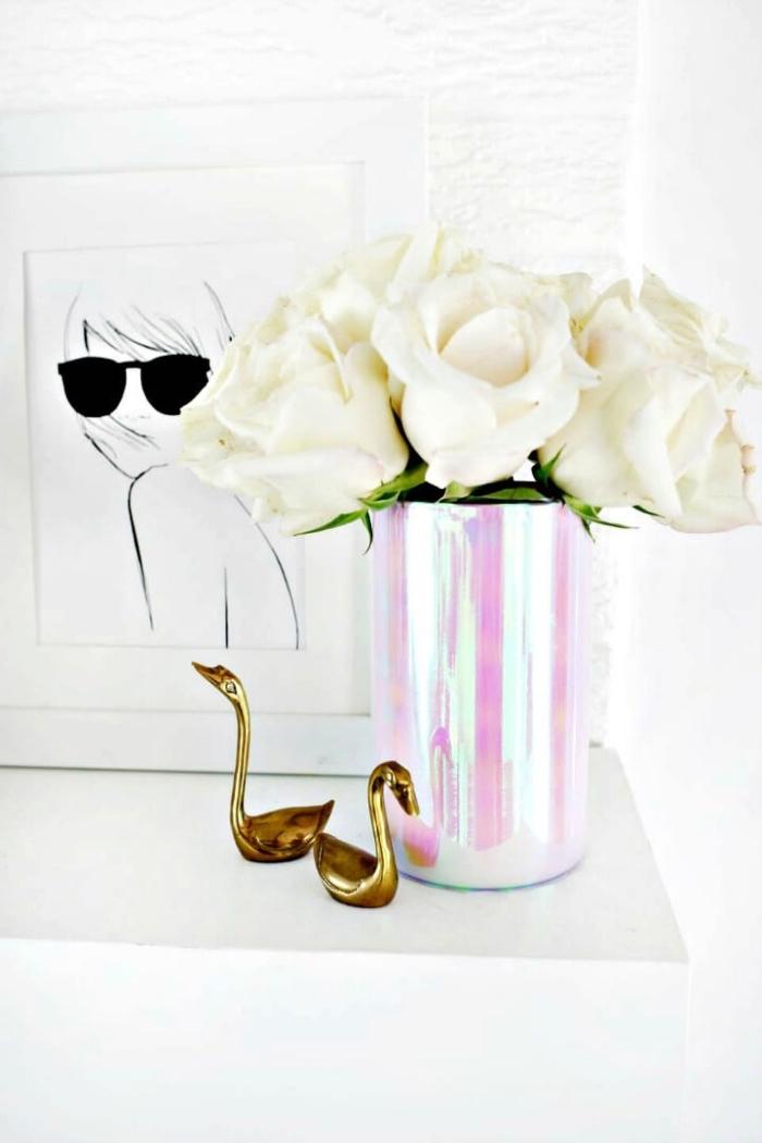 decoration de table holographique, vase en gris et rose remplie de roses blanches, dessin artistique, cygnes décoratives dorées