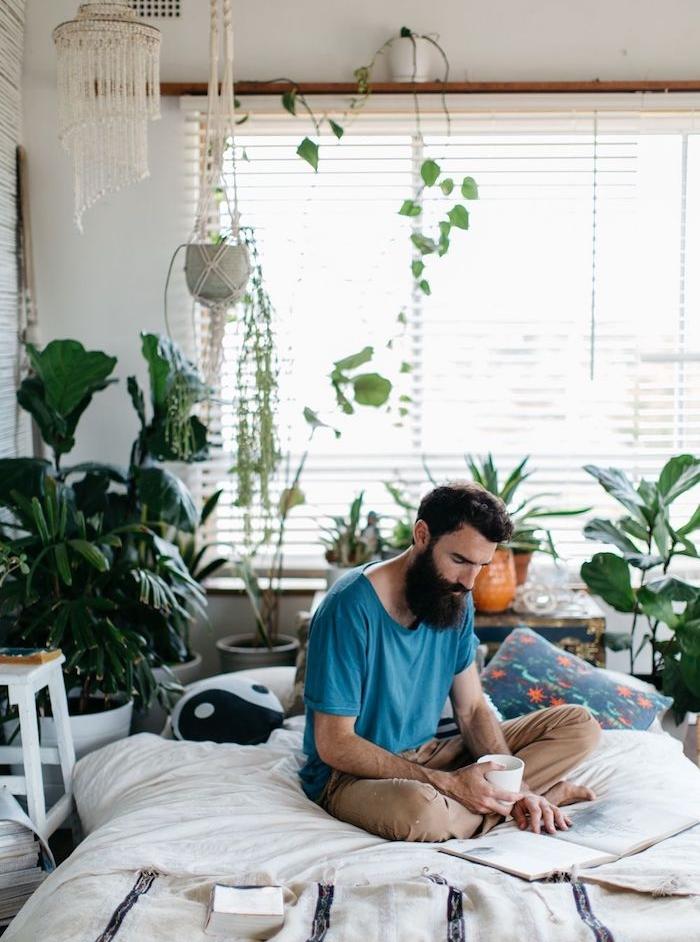 deco tropicale chambre boheme de hipster, linge de lit noir et blanc à accents colorés, plantes par sol en pot et plates retombantes