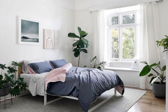 deco chambre jungle vec des plantes vertes en pot de chevet, parquet bois, tapis gris et ligne gris et rose