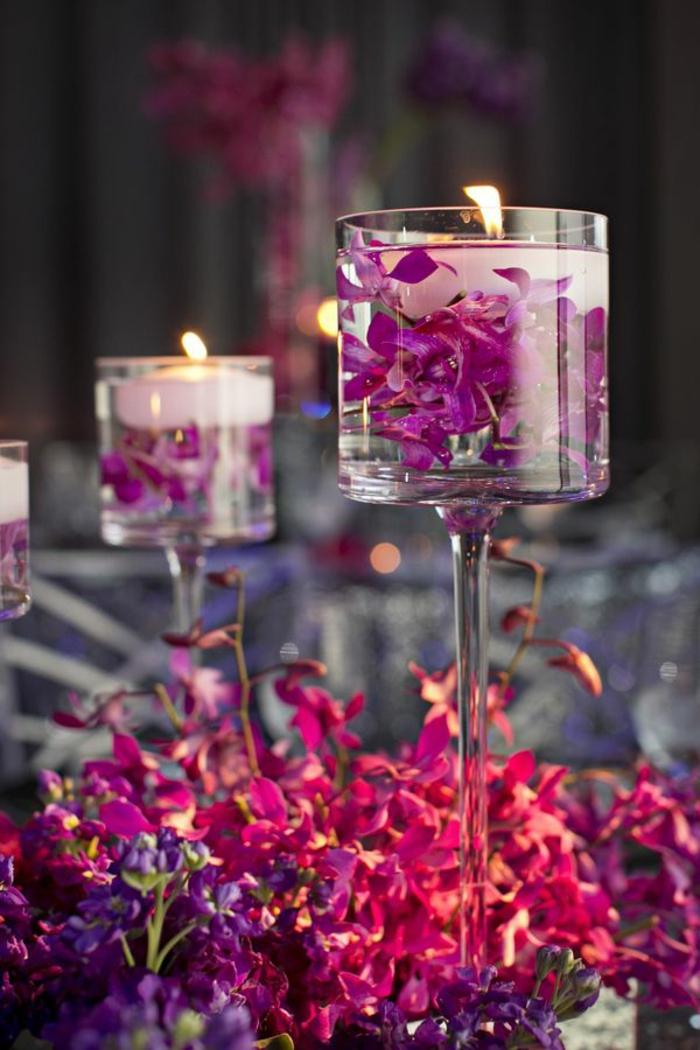 bougies flottantes mises dans des verres à vin élégants, chemin de table en fleurs fraîches, décoration table mariage