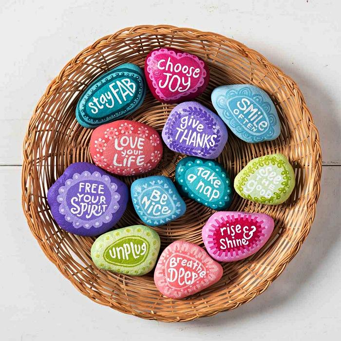 des galets peints à messages inspirants, déco de table avec panier remplis de galets décoratifs peints en couleurs différentes