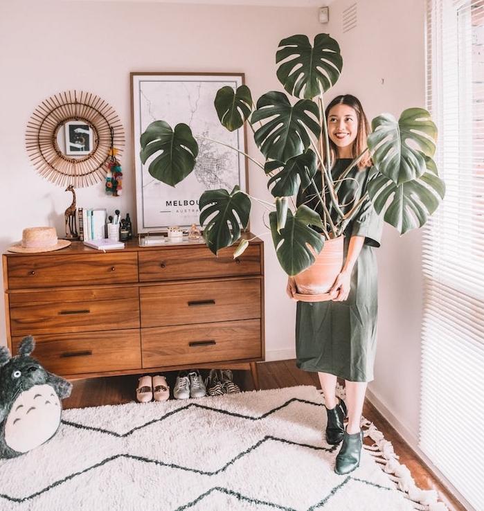 comment adopter la deco jungle avec une plante monstera deliciosa en grand pot, meuble commode bois, tapis moelleux