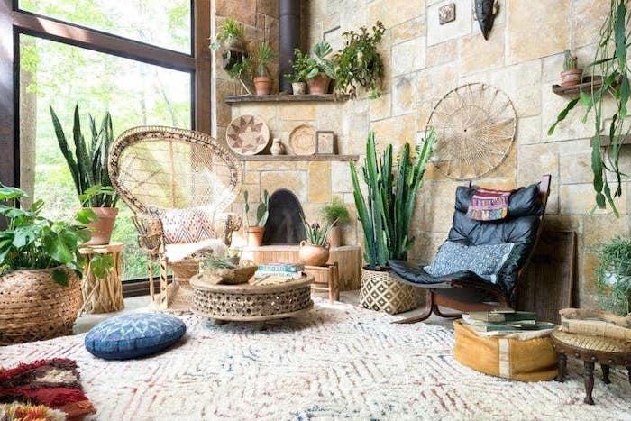 deco berbere salon aux murs de pierre, table basse orientale, multitude de plantes vertes, accents deco orientale