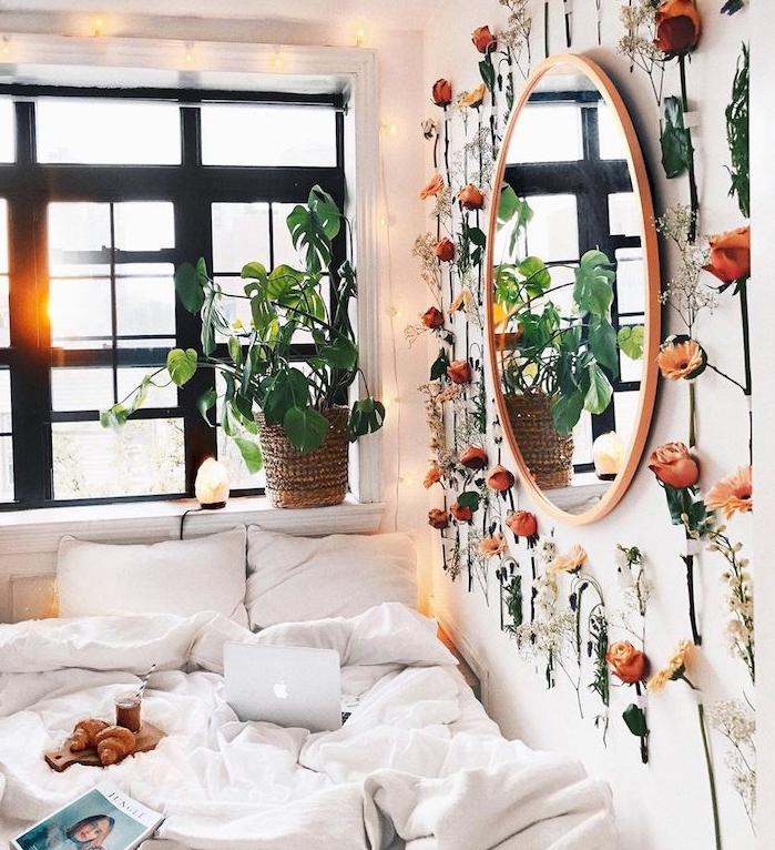 plante tropicale sur le rebord de la fenetre et mur végétal intérieur de brins de fleurs autour d un miroir rond, deco chambre cocooning romantique