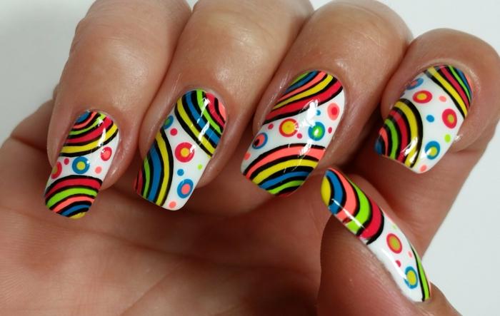 nail art été, les couleurs de l arc en ciel aux bout des doigts, motifs graphiques et ondulants colorés