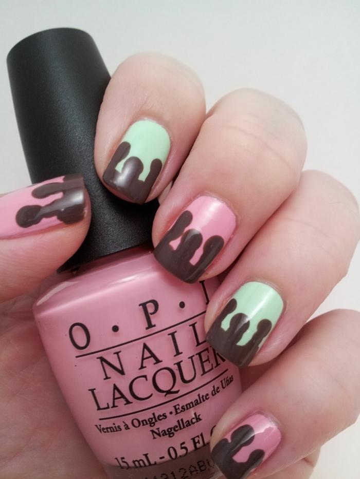 ongles glace fondue, couleur ongles nail art vert menthe et rose, motifs de glace marrons
