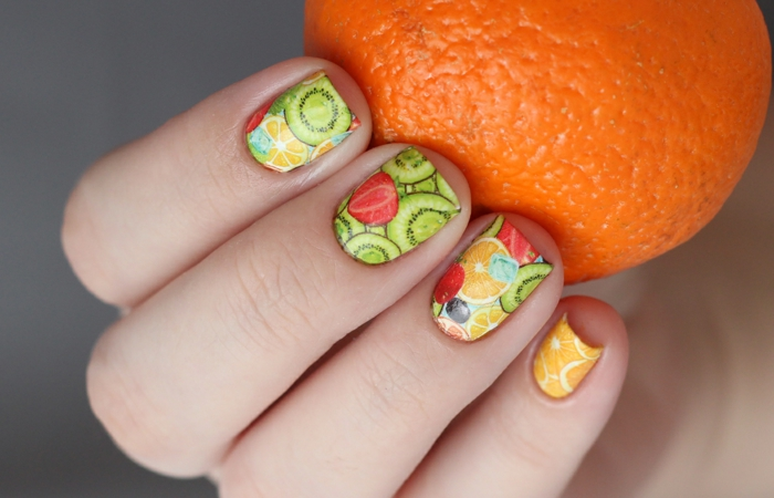 dessin ongle en vert et orange, fraises, kiwis, citron, motifs pour nail art été acidulés
