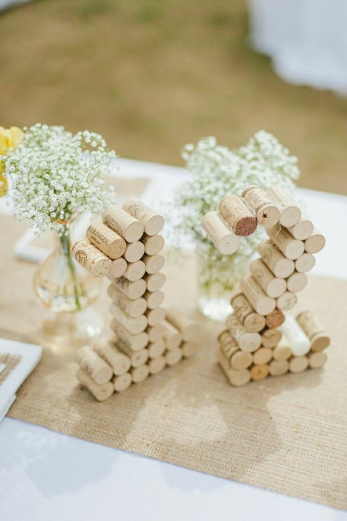 nombre de table avec bouchons de liège, gypsophille en petits vases, chemin de table en tissu de lin