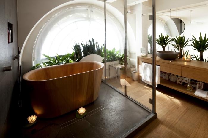 exemple de salle de bain avec plancher en bois, comment aménager une salle de bain zen avec baignoire imitation bois