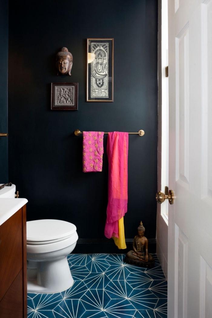 idée aménagement de petite salle de bain à déco zen avec objets bouddha, peinture murale couleur noir pour salle de bain