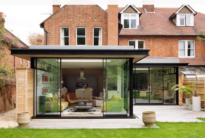cuisine ouverte sur salon pour aménager un agrandissement maison contemporain sur terrasse en bois à coté d une maison de birques anglaise