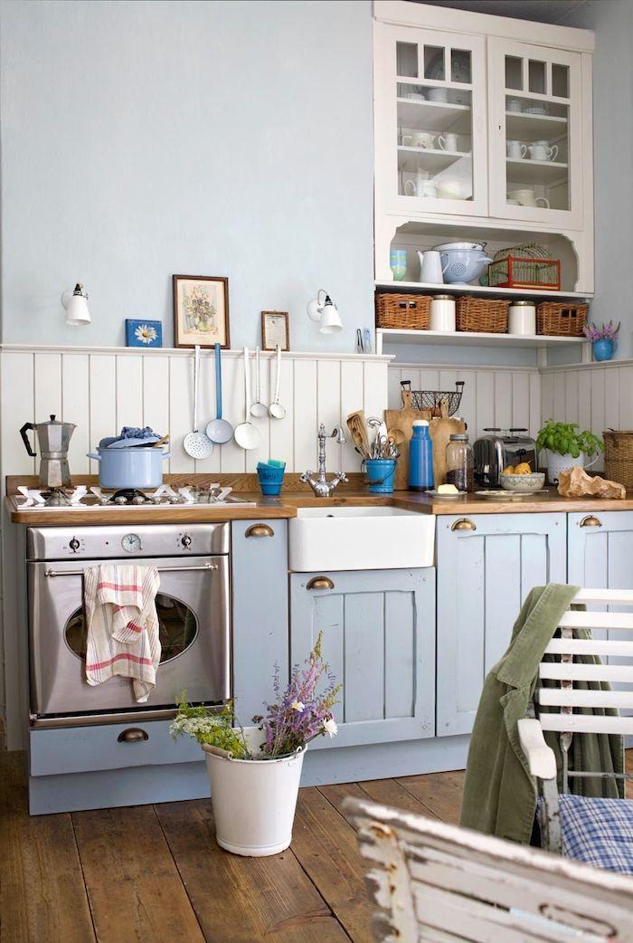 Bleu claire mur, décoration cuisine blanc et bleu, vintage meuble sous evier, cuisine deco vintage cuisine et salon
