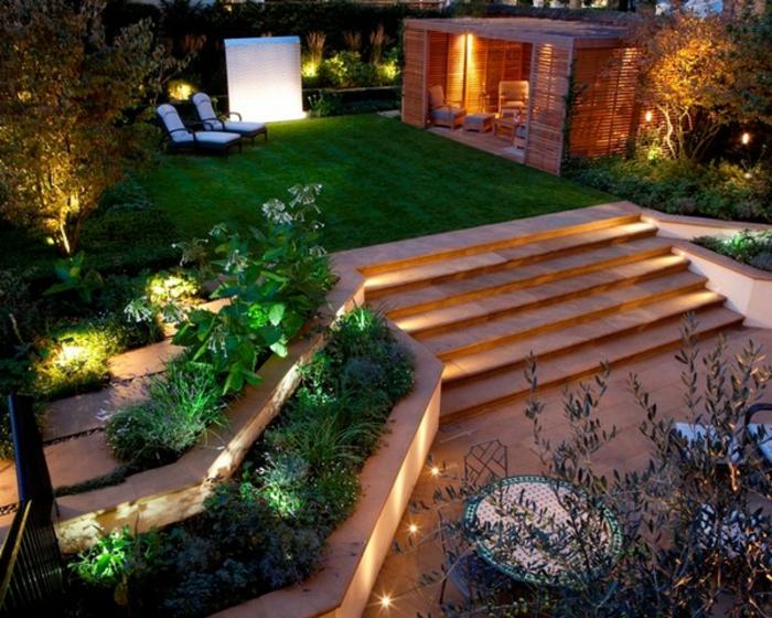 escalier éclairé, parterres surélevés, chaises-longues, gazon tondu, abri de jardin, aménagement paysager original