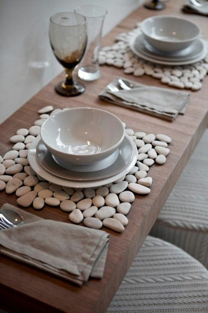décoration table avec sous assiettes galets, comment décorer sa table de fête, deco table élégante