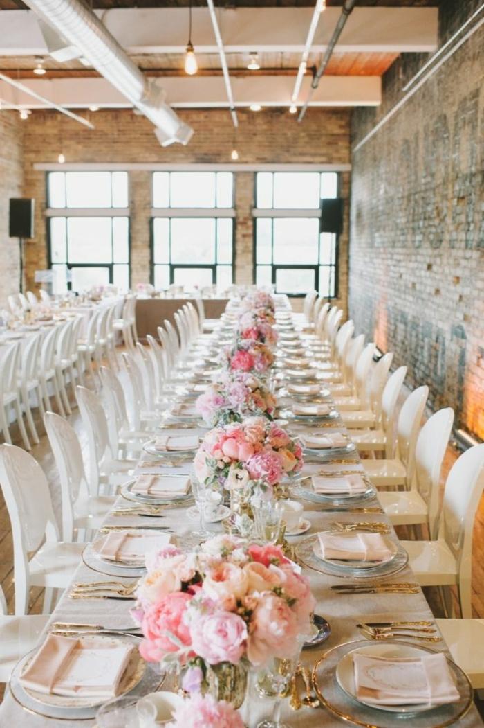 décoration de table pour mariage, chaises blanches, bouquets de fleurs roses, assiettes en verre, mariage champêtre