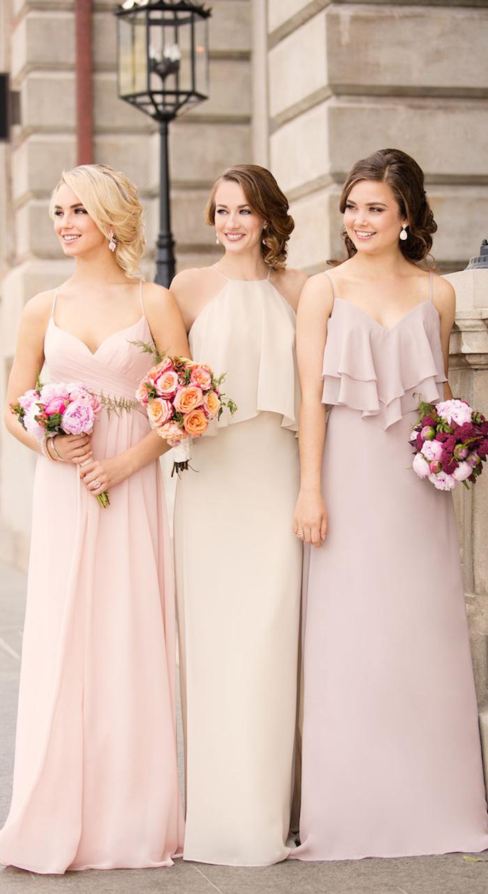 Demoiselles d'honneur, robes en même style et couleurs pastel, robe tailleur, robe de cocktail pour mariage chic, femme tenue élégante
