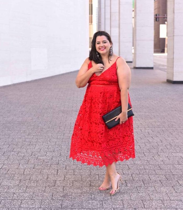 robe rouge dentelle à bretelles fines, pochette noire, chaussures camel, robe grande taille chic évènement spécial
