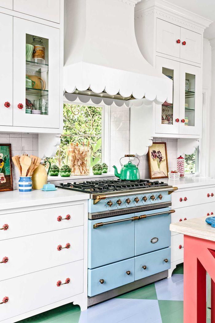 Cool idée déco coloré pour la cuisine année 50, déco cuisine retro idées déco, cuisinière bleu, sol carré bleu et vert