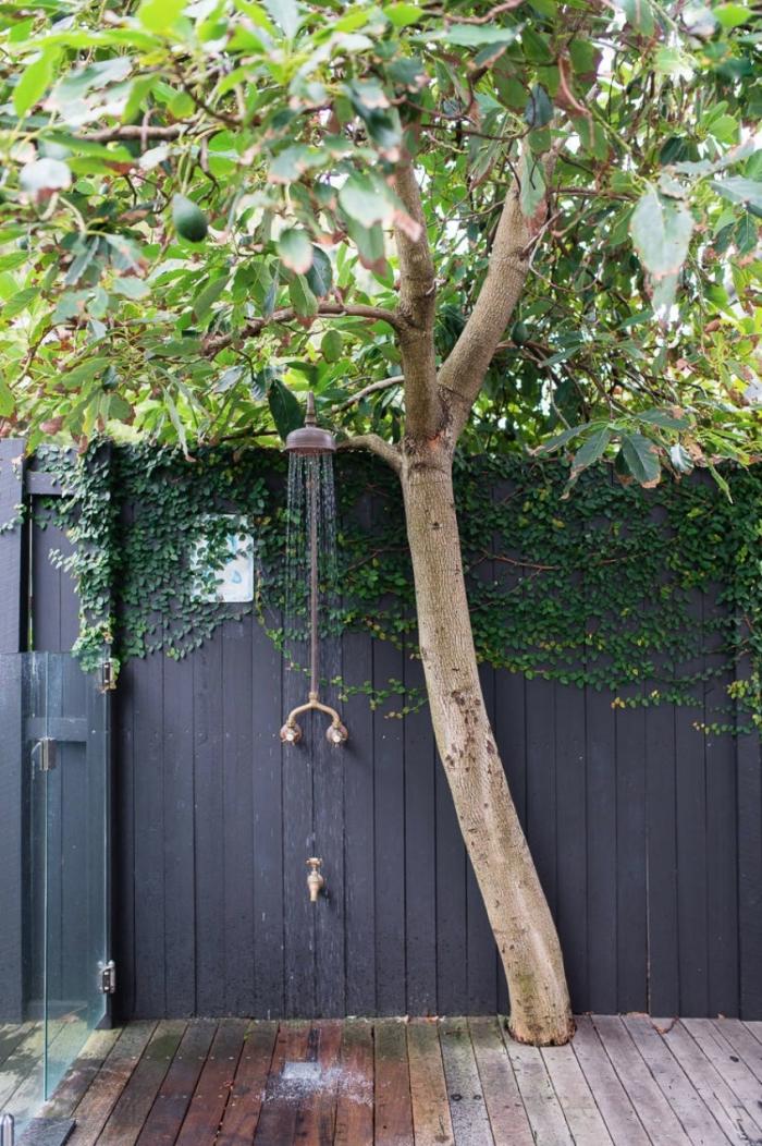 idée douche métal pour jardin fixé sur bardage bois gris foncé, aménagement cour arrière avec douche pluie